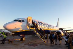 Les gens embarquant sur Ryanair voyagent en jet l'avion commercial sur l'aéroport de Valence au coucher du soleil Photo libre de droits