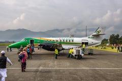 Les gens embarquent un petit vol d'avion de Pokhara à Katmandou Photographie stock libre de droits
