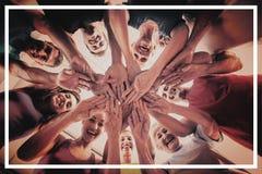 Les gens empilant des mains au club de santé Image libre de droits