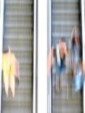 Les gens employant l'escalator Images libres de droits