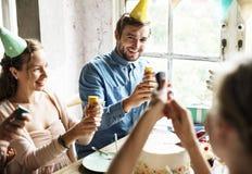 Les gens employant la partie sautant sur la célébration d'anniversaire d'ami Images libres de droits