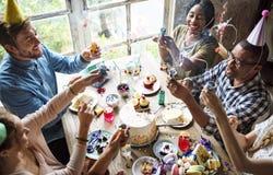 Les gens employant la partie sautant sur la célébration d'anniversaire d'ami Photographie stock libre de droits