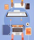 Les gens employant le travail d'équipe de bureau de bureau d'ordinateur portable de vue d'angle de lieu de travail de main d'homm Photo libre de droits