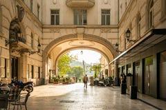 Les gens employant un passage d'utca de Vaci de rue pour atteindre le Danube à Budapest Hongrie Photographie stock