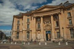 Les gens en bâtiment néoclassique avant, pavé rond et ciel nuageux à Paris photo libre de droits