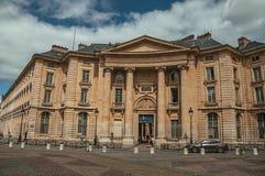 Les gens en bâtiment néoclassique avant, pavé rond et ciel nuageux à Paris photographie stock
