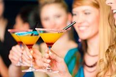 Les gens en cocktails potables de club ou de bar Photos stock