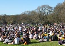 Les gens en Hyde Park Leeds à la protestation 420 à faire campagne pour la dépénalisation du cannabis au R-U Images stock