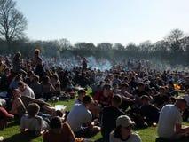 Les gens en Hyde Park Leeds à la protestation 420 à faire campagne pour la dépénalisation du cannabis au R-U Image stock