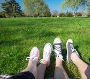 Les gens en parc au pique-nique Image libre de droits