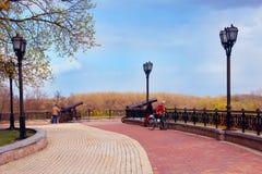 Les gens en parc historique dans Chernihiv sont appelés Val avec des pathes et des lanternes de promenade Images stock