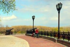 Les gens en parc historique dans Chernihiv sont appelés Val avec des pathes et des lanternes de promenade Image libre de droits