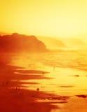 Les gens en plage de Sopelana avec la brume Images libres de droits