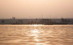 Les gens en rivière sainte Photo stock