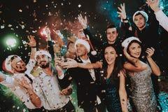 Les gens en Santa Claus Cap Celebrating New Year photos libres de droits
