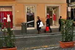 Les gens en tournée d'achats devant le magasin de dior, Rome, Italie Image libre de droits