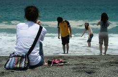 Les gens en vague déferlante à la plage images libres de droits