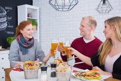 Les gens encourageant avec de la bière Photos stock