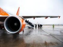 Les gens entrant dans l'avion d'EasyJet tôt le matin Photographie stock