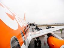 Les gens entrant dans l'avion d'EasyJet tôt le matin Image stock