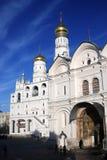 Les gens entrent dans l'église d'archanges Moscou Kremlin Image stock