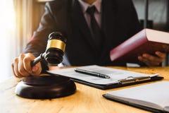 Les gens et les avocats discutant le contrat empaquettent se reposer à la table images stock