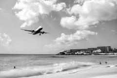 Les gens et l'avion d'atterrissage à stMaarten la plage de Maho Image libre de droits
