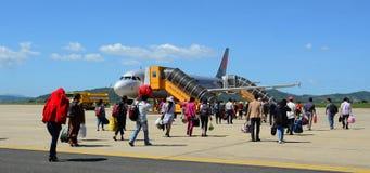Les gens et l'avion sur la piste à l'aéroport de Lien Khang dans Dalat, Vietnam Photographie stock libre de droits
