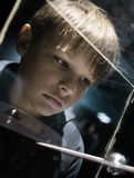 Les gens et l'espace Futures technologies garçon regardant le modèle planétaire dans un étalage dans le musée Image stock