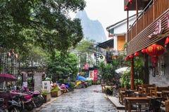 Les gens et le café sur l'allée dans la ville de Yangshuo Photographie stock libre de droits