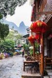 Les gens et le restaurant sur l'allée dans la ville de Yangshuo Photographie stock