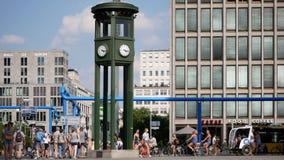Les gens et le trafic à l'horloge chez Potsdamer célèbre Platz en Berlin In Summer banque de vidéos