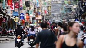 Les gens et le trafic sur la rue passante en Pham Ngu Lao - Ho Chi Minh City, Vietnam clips vidéos