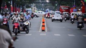 Les gens et le trafic sur la rue passante en Pham Ngu Lao - Ho Chi Minh City, Vietnam banque de vidéos