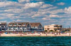 Les gens et les bâtiments sur la plage en plage agréable de point, nouveau J Photos libres de droits