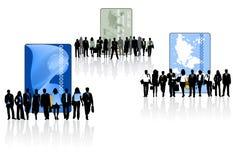 Les gens et les cartes d'opérations bancaires Image stock