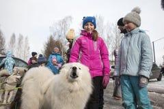 Les gens et les chiens pendant la célébration de la fin du nom d'hiver Images stock