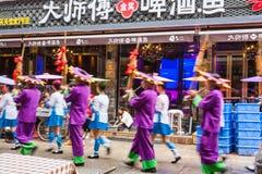 Les gens et les musiciens sur la rue occidentale dans Yangshuo Photographie stock libre de droits