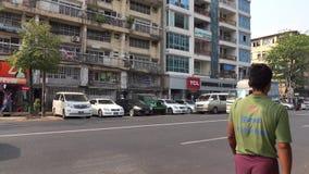 Les gens et les véhicules sur la rue à Mandalay, Myanmar clips vidéos