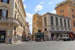 Les gens et les véhicules sur la rue par l'intermédiaire de Nationale à Rome Photographie stock libre de droits