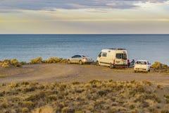 Les gens et les voitures au littoral, Santa Cruz Argentina Photographie stock