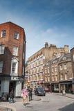 Les gens et les voitures dans la région de Farringdon de Londres Photographie stock libre de droits