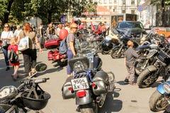 Les gens et les motos photographie stock