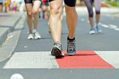 Les gens exécutant dans le marathon sur la rue de ville Image libre de droits