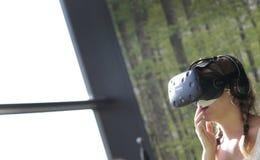 Les gens examinant des dispositifs de VR sont au festival d'arts photographie stock libre de droits