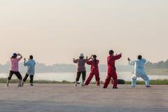 Les gens exercent Tai Chi dans le matin au bord le Mekong Photographie stock libre de droits