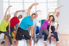 Les gens faisant étirant l'exercice dans le gymnase Photos stock