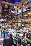 Les gens faisant des emplettes à l'intérieur du Pantip Photos libres de droits