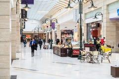 Les gens faisant des emplettes dans l'intérieur de luxe de centre commercial Photographie stock libre de droits
