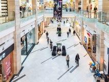 Les gens faisant des emplettes dans l'intérieur de luxe de centre commercial Photo stock